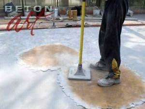 amprentare-propriu-zisa-a-betonului-cu-matrita-care-imita-marmura