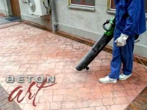aspirarea-prafului-inainte-de-acidarea-betonului-amprentat